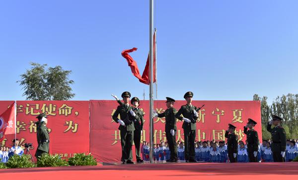 9月29日贺兰县欣兰广场举行升旗仪式
